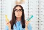 okulary-kobieta-w-salonie-otycznym